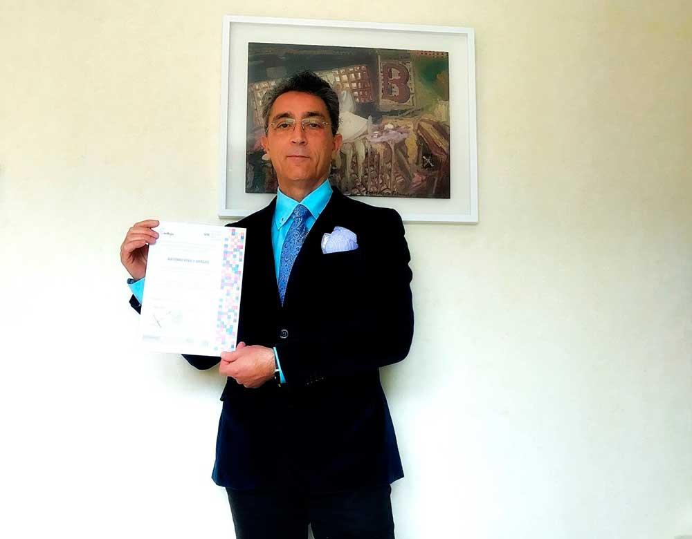 Doctor Ponce con su certificación VPC