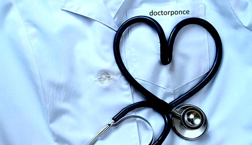 Auscultador formando un corazón Doctor Ponce